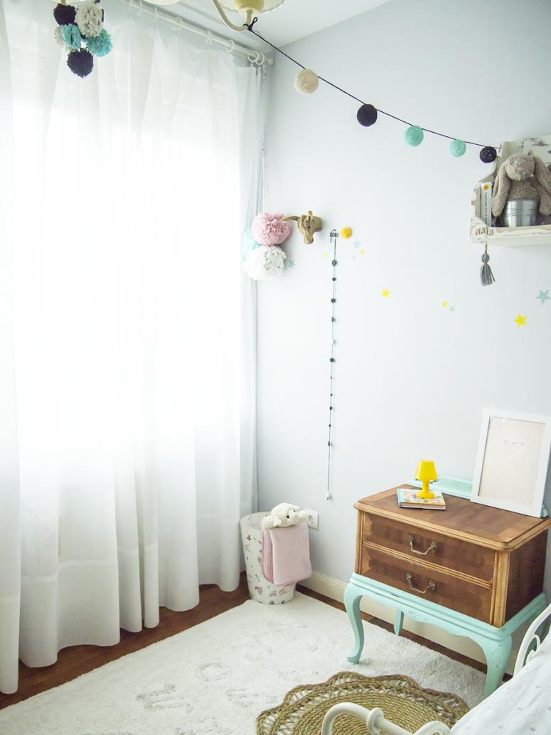 mesita recuperada para una habitación infantil