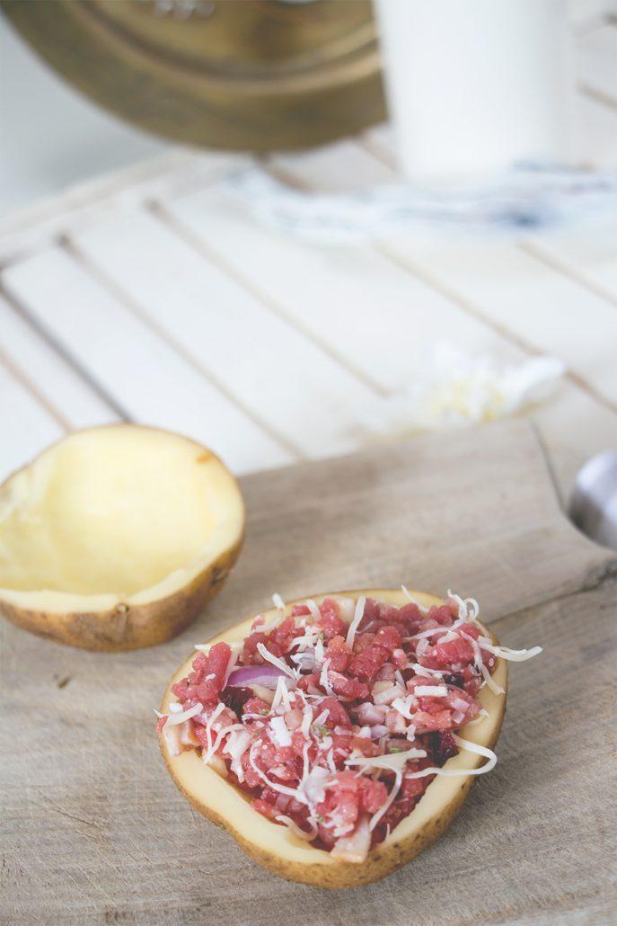 Patatas asadas, rellenas de carne